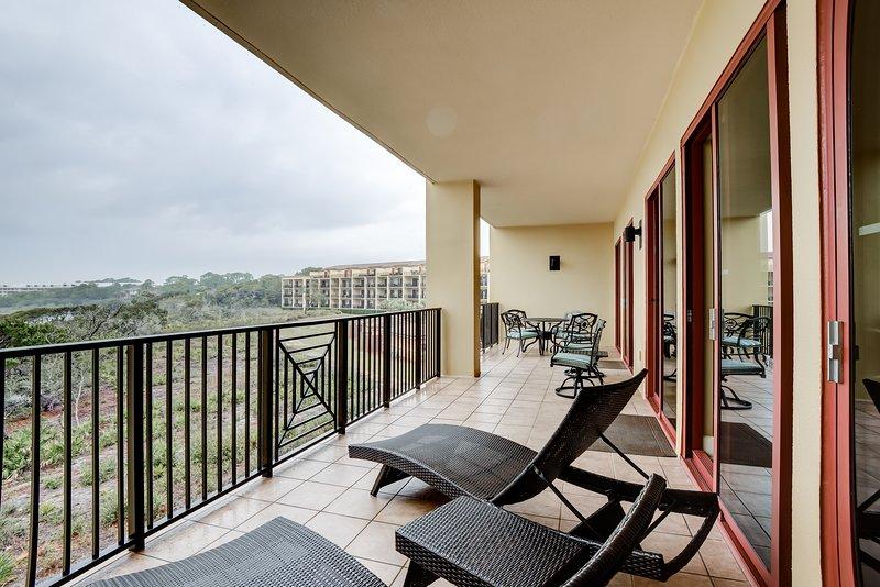 Inviting beach condo w/ Gulf-front balcony, pools, hot tubs & beach access!, vacation rental in Blue Mountain Beach