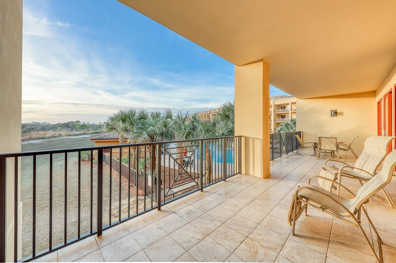 Elegant condo at beachfront property w/ pools, hot tubs, gym & beach access!, vacation rental in Blue Mountain Beach