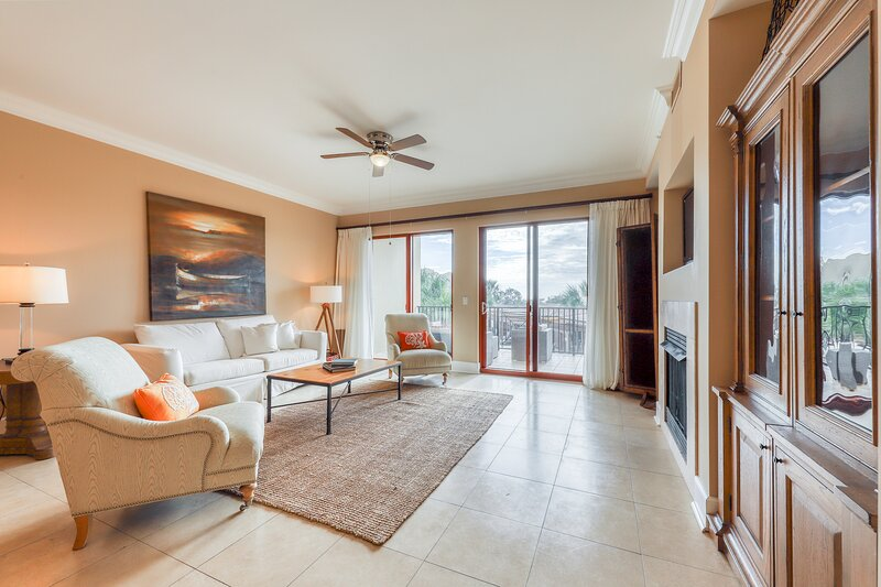 Inviting condo at beachfront property w/ 3 pools, 2 hot tubs, gym & virtual golf, vacation rental in Blue Mountain Beach