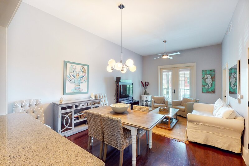 Stylish condo w/ balcony, pools, hot tub, fitness center & tram to the beach!, vacation rental in Blue Mountain Beach
