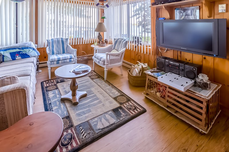 Dog-friendly, waterfront home w/ private dock & gorgeous views of the bay!, vacation rental in Bayville