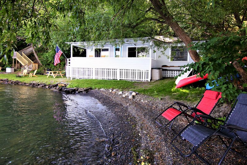 Dog-friendly and private lakefront cottage with boat dock and kayaks!, location de vacances à Bluff Point