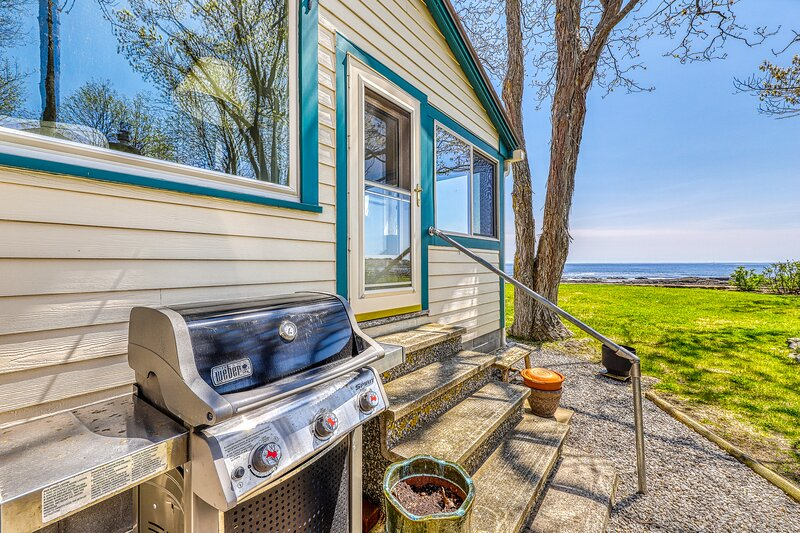 Two beautiful waterfront cottages w/ a firepit - walk to the beaches & town!, vacation rental in Cape Neddick