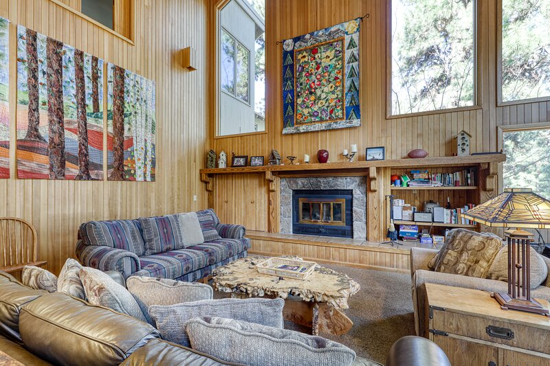 Eclectic family-friendly home w/private hot tub, shared pool access, & grill!, location de vacances à Central Oregon