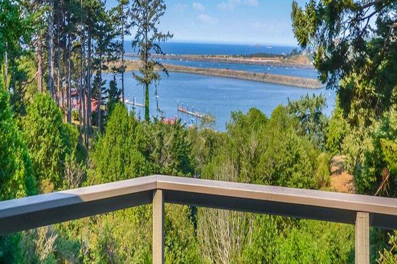 Charming coastal home w/ water views, large covered deck, & private gas grill!, aluguéis de temporada em Wedderburn