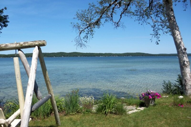 Fun dog-friendly lakeside cottage w/ free WiFi, private grill, and full kitchen, vacation rental in Beulah