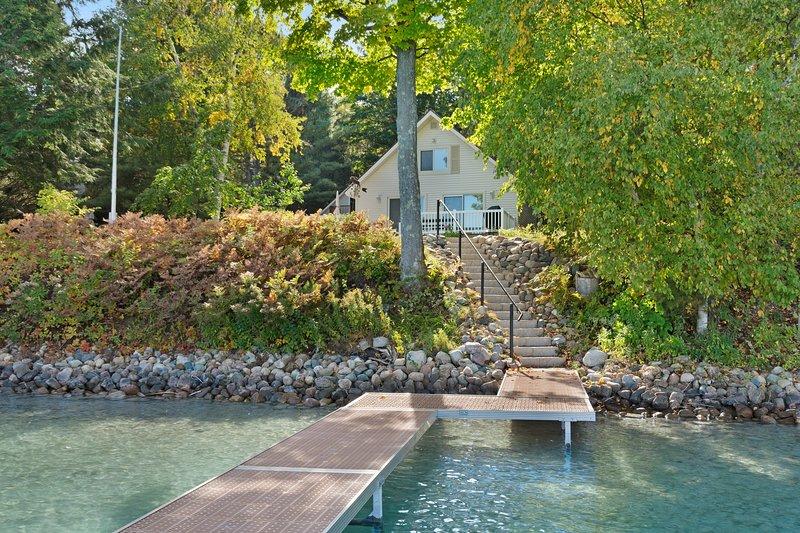 Cottage w/ lake views, private dock & fire pit - near public boat launch!, location de vacances à Charlevoix County
