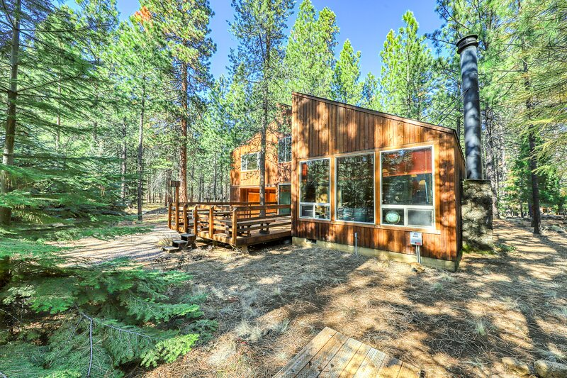 Unique & memorable home in quiet forest setting - newly installed hot tub!, holiday rental in Central Oregon