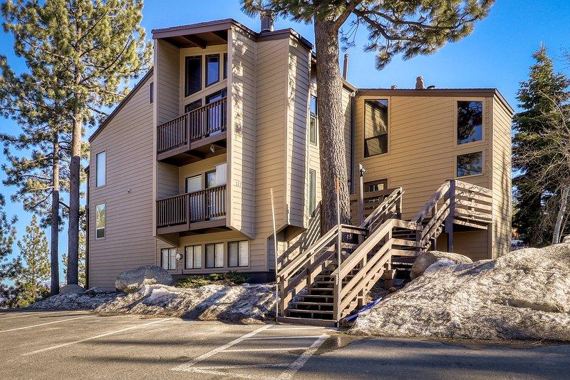 Heavenly summit retreat close to skiing & Lake Tahoe w/ balcony & gas grill!, location de vacances à Kingsbury