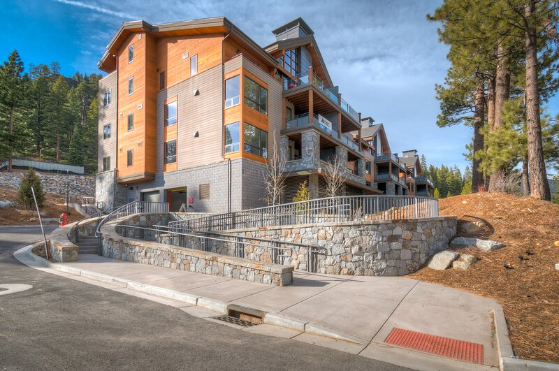 Luxury condo in energy efficient building w/ lake views and shared hot tub!, holiday rental in Brockway