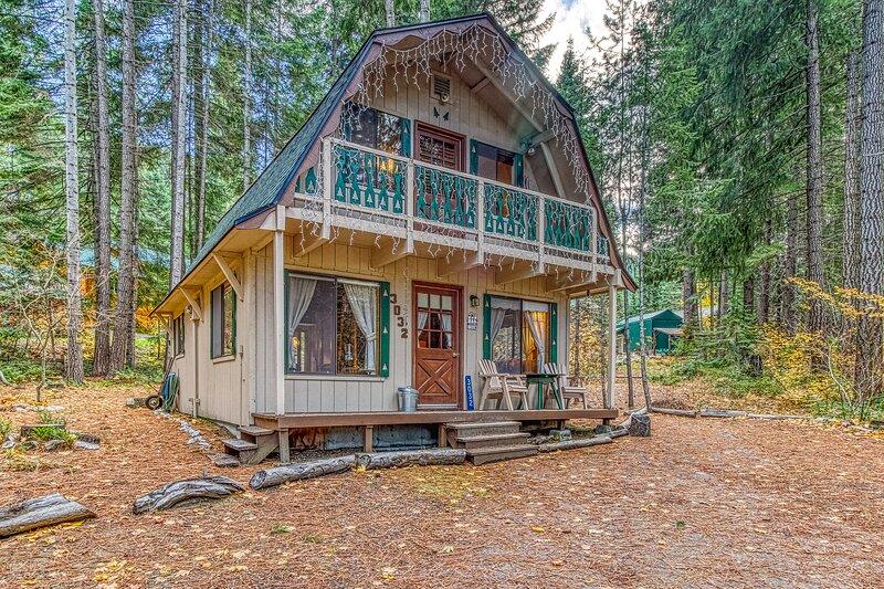 Cozy cabin in the woods near Lake Wenatchee and Leavenworth!, aluguéis de temporada em Coles Corner