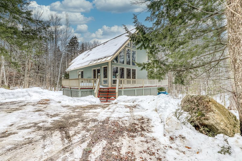 Lovely dog-friendly home with fireplace, Ping-Pong table, deck, and forest views, location de vacances à Wardsboro