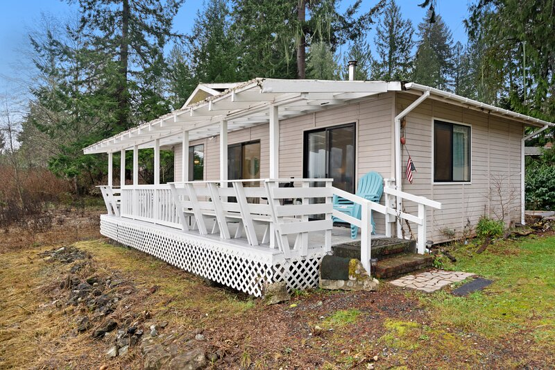 New listing! Sunny, waterfront cabin w/ a furnished deck, dock, & firepit!, location de vacances à Potlatch