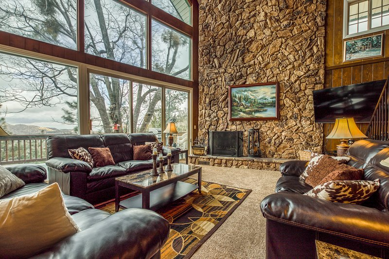 Amazing Views from this Five-Bedroom Home w/ a Pub & Pool Table in the Loft, vacation rental in Lake Arrowhead