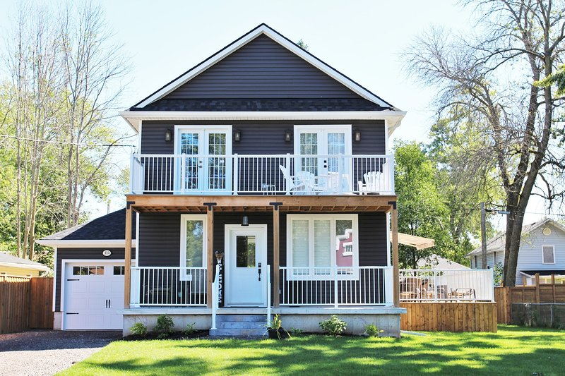 Crystal Clear Cottage - A True Gem! - Sleeps 9, Air Conditioning, Hot Tub, holiday rental in Sherkston
