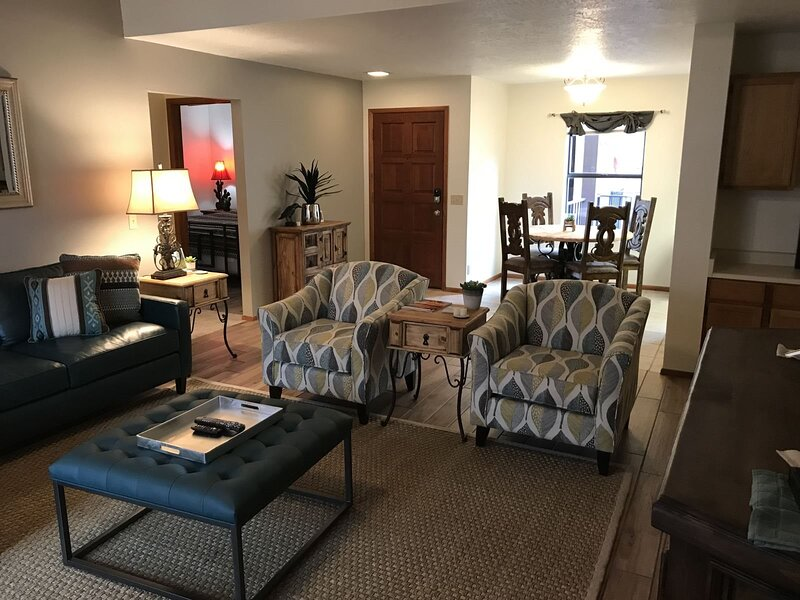 Updated 3 Bedroom Condo, New Furnishings! Oak Creek Estados F12 - S064, holiday rental in Village of Oak Creek