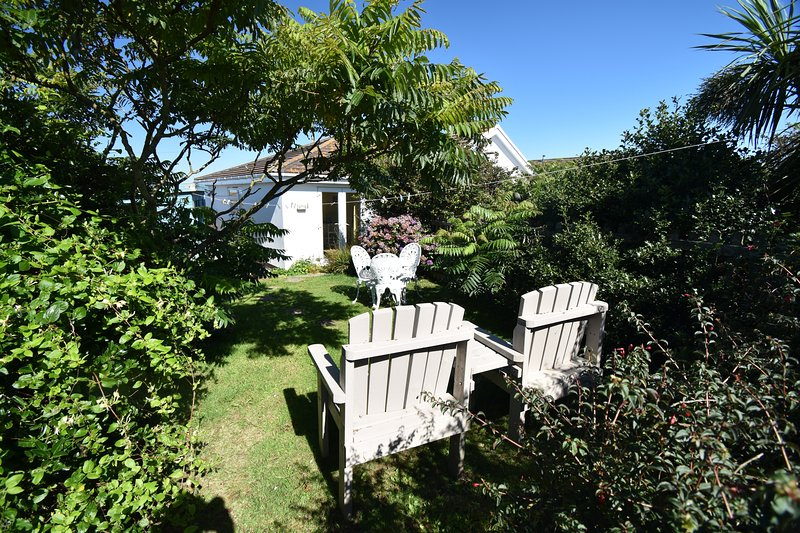 Cosy hideaway with sea views and private garden., holiday rental in Blackwater