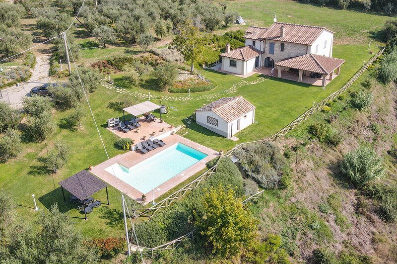 Villa with private pool, panoramic view, ping pong at 3 km from Amelia, location de vacances à Amelia