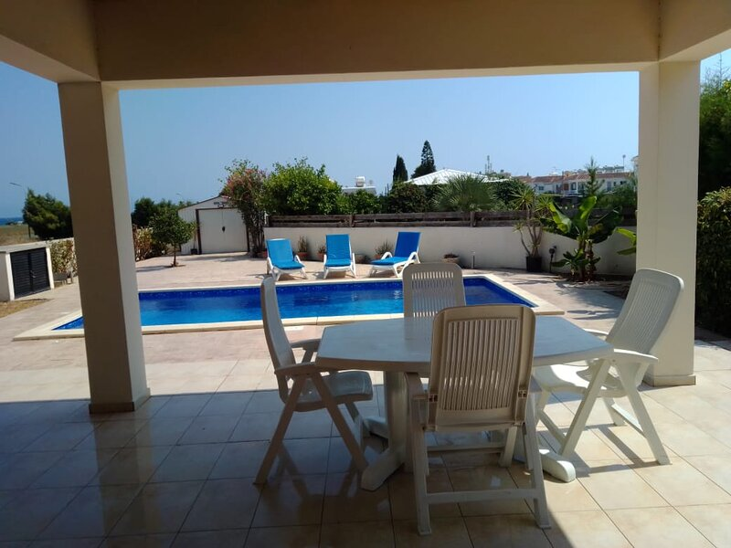 Amazing 3 bedroom villa with private pool, sea view, large garden & wifi, holiday rental in Pyla
