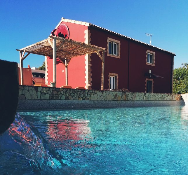 Cosy cottage, private pool and barbecue, wonderful panoramic view, casa vacanza a Odelouca