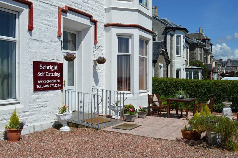 Sebright, shore front location, 200m town centre, all bedrooms en-suite, garden., holiday rental in Blairmore