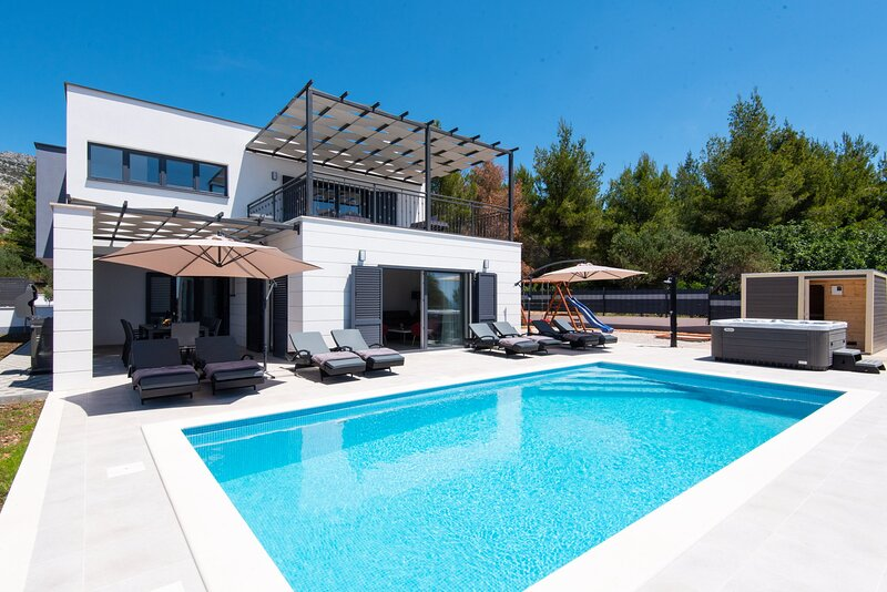 Villa Luxe with Heated Pool, vacation rental in Stankovici