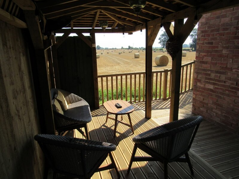 The Hideaway at Glapwell, a new modern one bed studio let close to Hardwick Hall, holiday rental in Mansfield