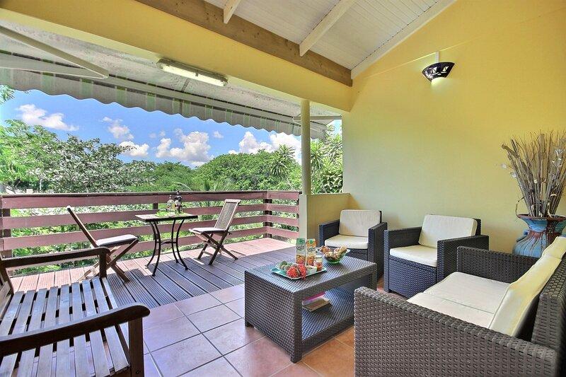 Terrasse avec coin salon et table pour l'apéritif