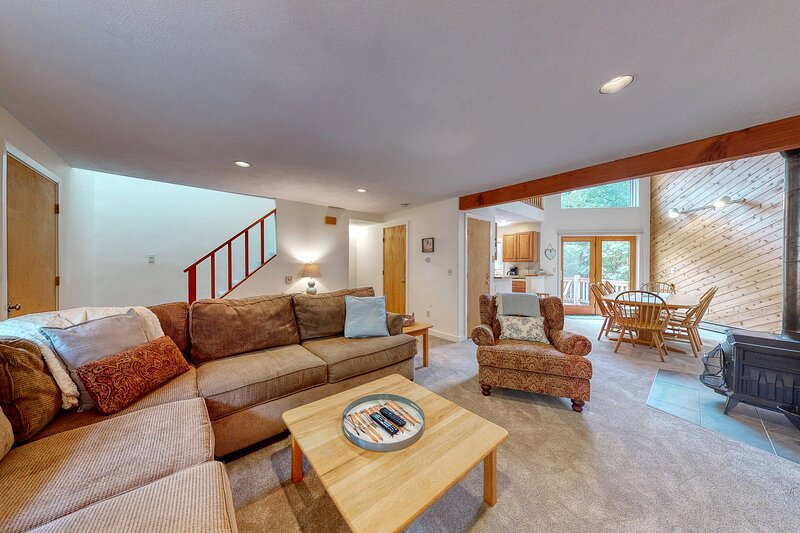 New listing! Bright & cozy, family-friendly townhouse w/ a furnished deck, casa vacanza a Hart's Location