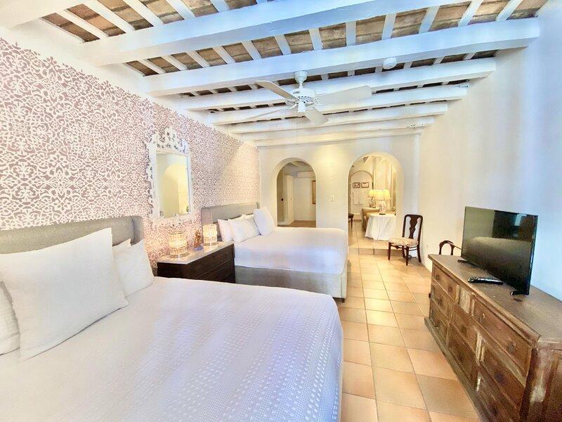 El Palacete Suite 3 for 4 with 2 King Beds Sitting Area En-Suite Bathroom POOL, holiday rental in Toa Baja