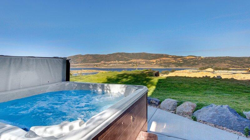 Great Lake Views, Private Hottub, Sleeps 12, 3 min to Deer Valley! #1235, holiday rental in Woodland