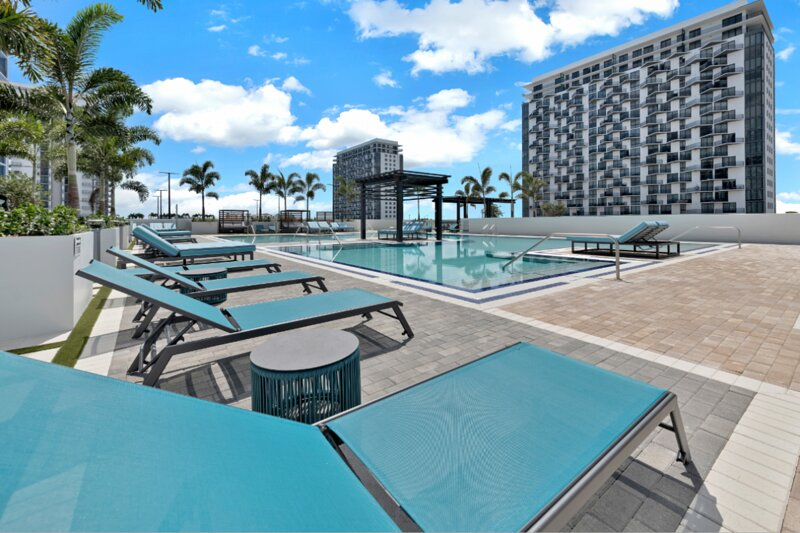 Heart of the City! 1 Lovely Unit, Pool, Parking, Fitness Center, holiday rental in Miami Lakes