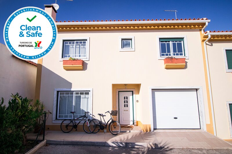 Baby friendly | Near DinoParque and Beaches - Sleep 7 | Clean&Safe Certification, holiday rental in Lisbon District