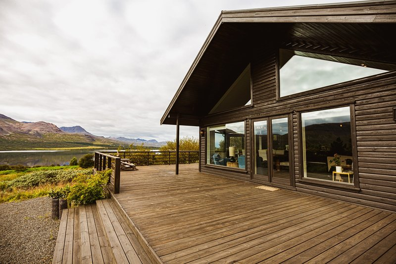 Stunning luxury Villa by the lake Skorradalsvatn in West Iceland., vakantiewoning in Hraunfossar