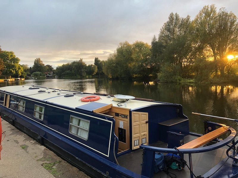 Brand New Luxury Wide beam boat  Gwenevere  on River Thames, holiday rental in Knowl Hill