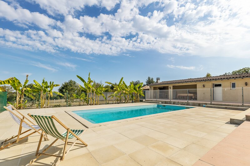 Amazing villa with swimming-pool, vacation rental in Montazeau