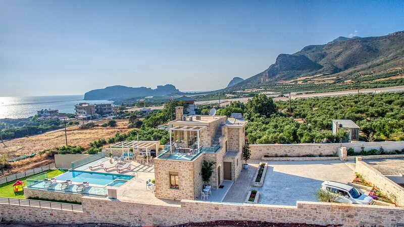 Private heated pool★Indoor Jacuzzi★Walk to taverna,market  & Falasarna beach, alquiler de vacaciones en Phalasarna