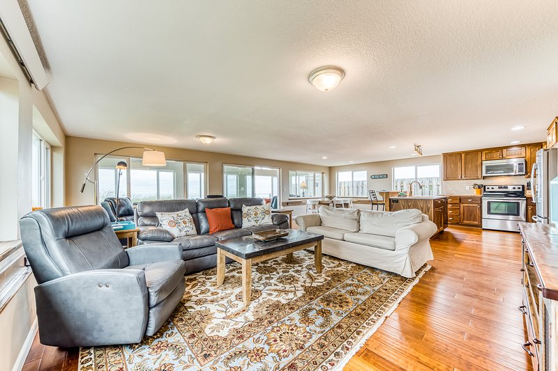 Stunning, dog-friendly, oceanfront home with private hot tub & chef's kitchen, location de vacances à Rockaway Beach