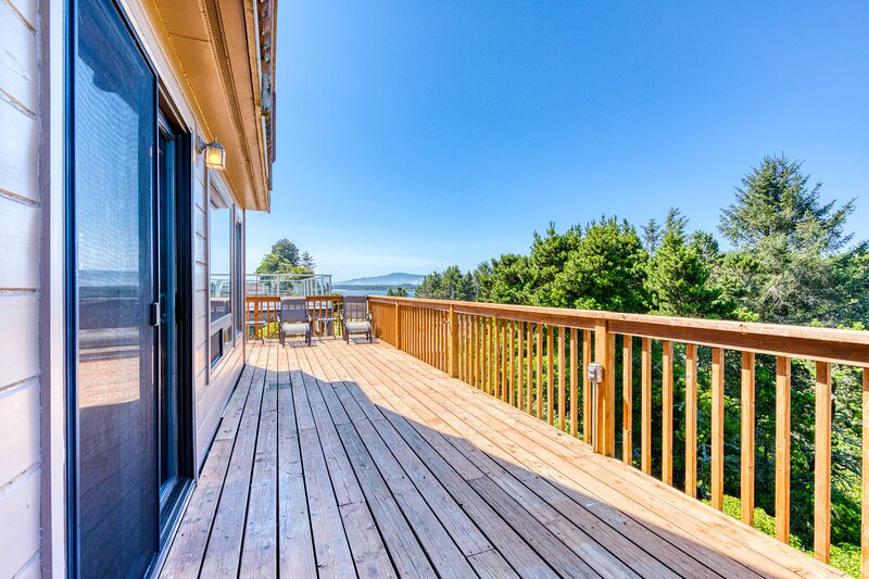 Cozy, dog-friendly home with beach access and bay & ocean views!, holiday rental in Bay City
