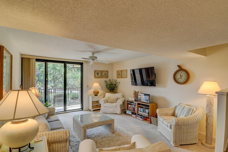 Airy condo w/ lagoon views, shared pool, hot tub & nearby beach access!, holiday rental in Parris Island