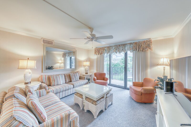 Oceanfront condo w/ full kitchen, shared pool, hot tub, beach access, & more, holiday rental in Parris Island