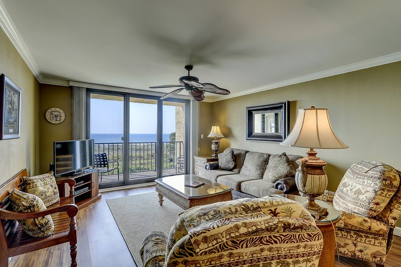 A relaxing getaway with shared pools and hot tub in an oceanfront villa., holiday rental in Parris Island
