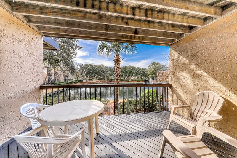 Quiet hideaway with shared pools, hot tub, tennis, and easy beach access., holiday rental in Parris Island