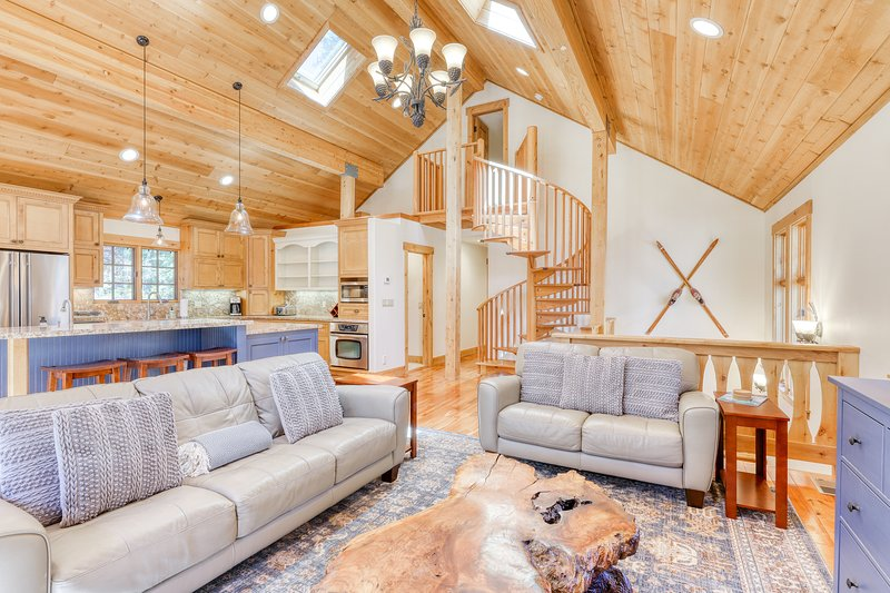 Gorgeous, family-friendly home with decks & grill - close to lake and mountains!, holiday rental in Squaw Valley