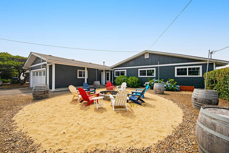 Oceanfront dog-friendly house w/ deck, private hot tub & stunning views!, vacation rental in Gleneden Beach