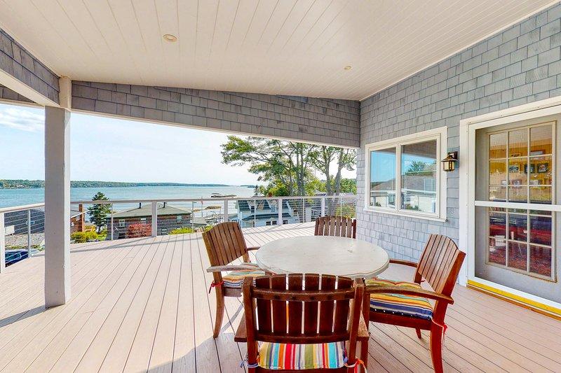 Gorgeous, ocean & bay view home w/ a large deck plus dock & beach access, location de vacances à Bayville