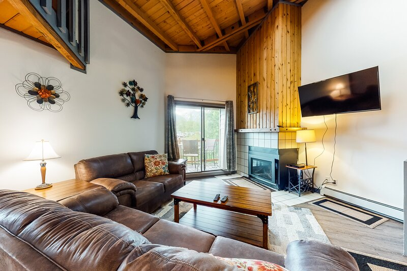 Lofted mountain condo w/ balcony, fireplace & shared hot tub/pool/game room!, location de vacances à Silverthorne