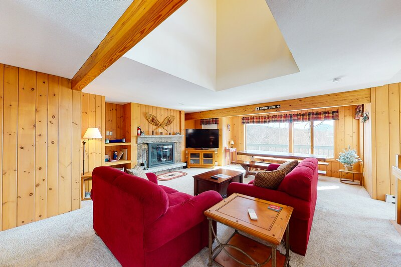 Mountain condo w/ a private gas grill, wood-burning fireplace, & mountain views!, casa vacanza a Hart's Location