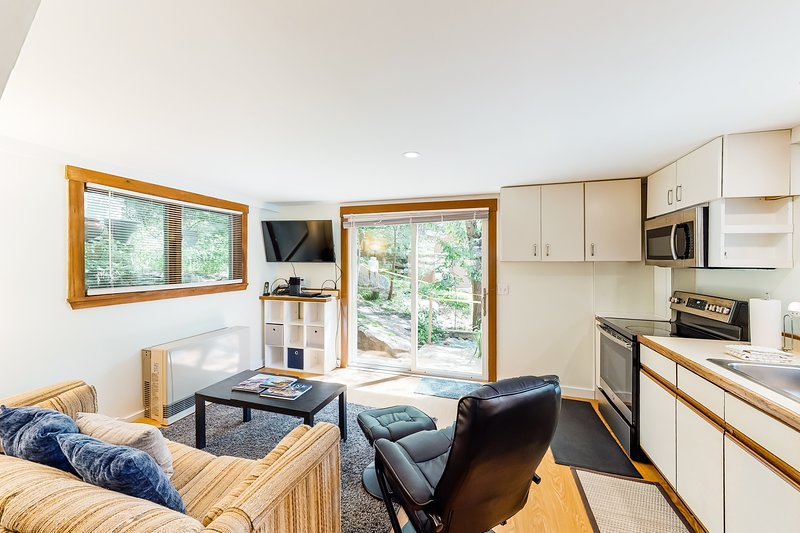 Two-Level Condo w/Patio, Deck, Firepit, Private Washer and Dryer + Free WiFi!, alquiler de vacaciones en Otter Creek