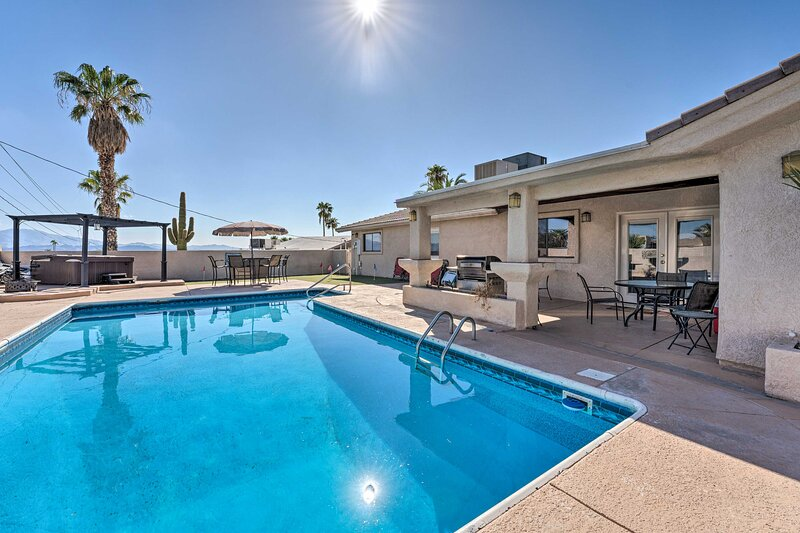 NEW! Desert Getaway w/ Putting Green & Pool Table!, holiday rental in Lake Havasu City